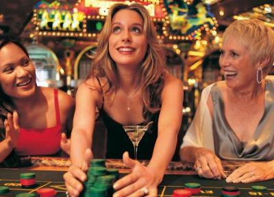 Naisia pelipöydän ääressä